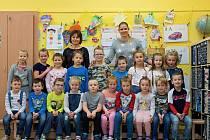 Prvňáčci z Dolních Kralovic s třídní učitelkou Irenou Pojeznou a asistentkou pedagoga Ivonou Buškovou.