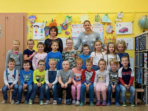Prvňáčci zDolních Kralovic střídní učitelkou Irenou Pojeznou a asistentkou pedagoga Ivonou Buškovou.
