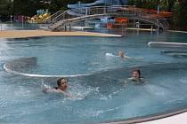 Ve Vlašimi zpozdilo otevření bazénu špatné počasí.