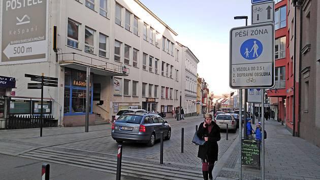 Revitalizace Tyršovy ulice v Benešově byla dokončena v půli roku 2019. Na podzim 2021 čeká tamní dlážděnou vozovku oprava.