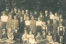 Žáci jednotřídní školy v Jablonné nad Vltavou v roce 1957 s řídícím učitelem Václavem Staňkem.