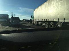 Nehoda nákladního a osobního vozidla zkomplikovala dopravu na silnici číslo tři z Benešova do Bystřice.