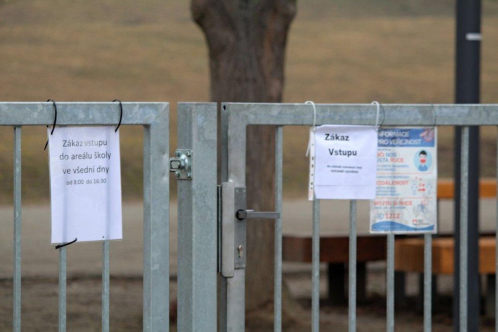 Brána do týnecké školy.