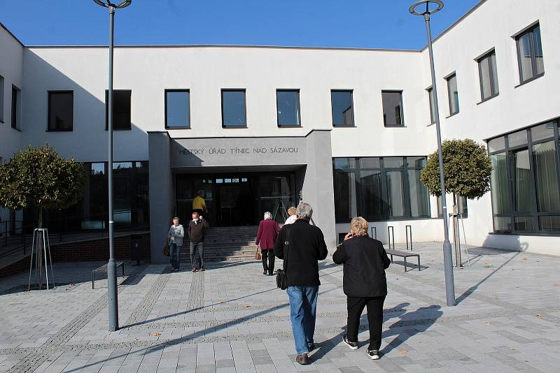 Parlamentní volby: Týnec nad Sázavou, na radnici jsou hned tři volební místnosti okrsků číslo 2, 3 a 4.