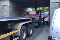 Viadukt ve Všestarech zablokovala souprava převážející bagr.