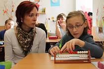 Asistent pedagoga při práci.