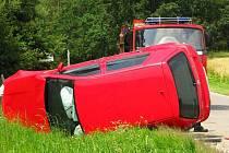 Dva cestující z osobního automobilu Volkswagen Golf skončili včera po poledni v péči lékařů ambulance benešovské nemocnice poté, co se jejich auto srazilo s linkovým autobusem.