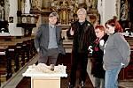 Z vyjmutí obsahu makovice na věži kostela sv. Anny v Benešově.