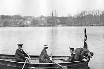 Na Konopišťský rybník se vrátí lodičky. Snímek zachycuje děti konopišťského pána, arcivévody Františka Ferdinanda d´Este při vyjížďce na tehdy Zámeckém rybníku.