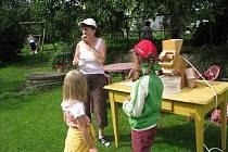 Děti z příměstského tábora MC Kulíšek si vyzkoušely podojit kozu a umlít mouku.