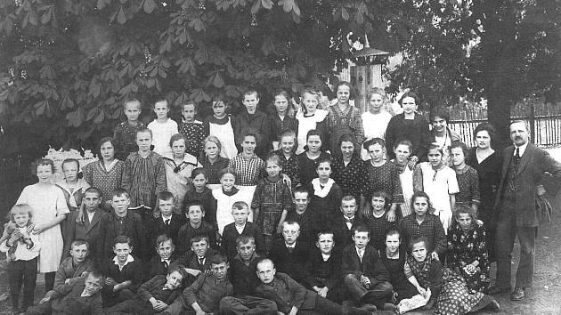 Ostředečtí školáci se pro focení shromáždili pod mohutnou korunou kaštanu. Tento snímek patří k nejstarším fotkám žáků ostředecké školy, která vznikla už v roce 1785.