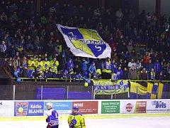 Benešovští fanoušci při derby. Z tohoto místa spadla čtrnáctiletá dívka.