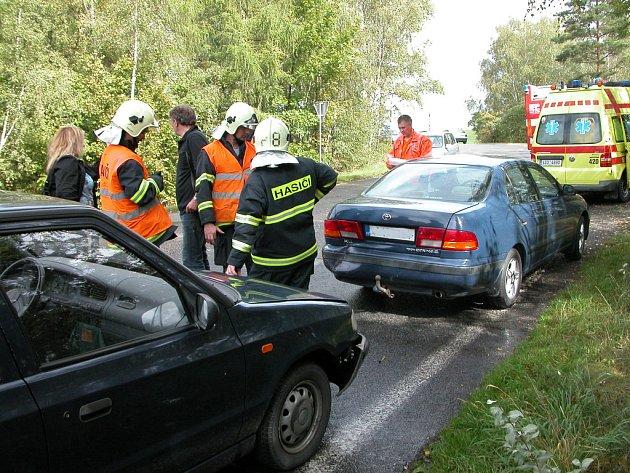 Hasiči kontrolují automobily a zajišťují provozní kapaliny