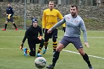Votický útočník Matěj Voráček sleduje míč mířící do branky v zápase s Královicemi.