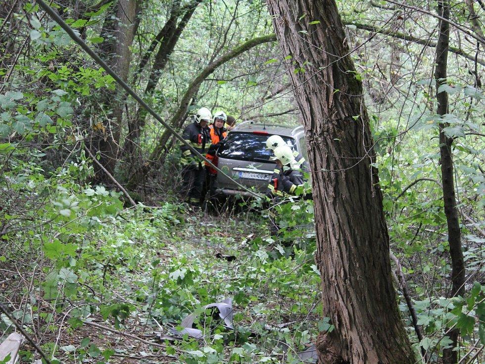 Řidič z dosud zatím nezjištěných příčin vyjel mimo vozovku.