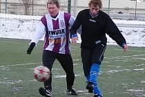 Fotbalisté Benešova v porazili Kunratice 5:3. Celý zápas odehrál Jan Žák (vpravo), který zvládl atak soupeře.