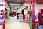 Vchod do supermarketu Kaufland v Benešově.