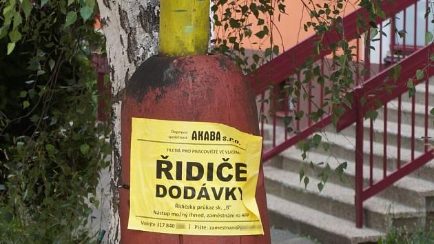 vylepování plakátů ve Vlašimi.