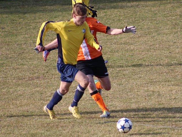 Divišovský Marek Hanuš (ve žlutém) vstřelil proti Uhlířským Janovicím důležitý druhý gól, ale také vyrobil několik chyb, které ale hosté nepotrestali.
