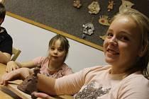 Děti si v keramické dílně v Domě dětí a mládeže v Benešově udělaly vánoční zvonečky.