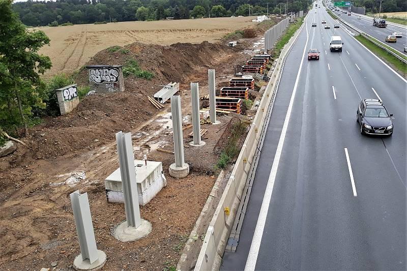 Výstavba protihlukové stěny na dálnici D1 v Újezdě u Průhonic.