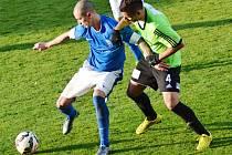 Vlašimský záložník Adam Kučera (v modrém) si ve vítězném zápase kryje míč před dotírajícím Davidem Matějkou z Vyšehradu.