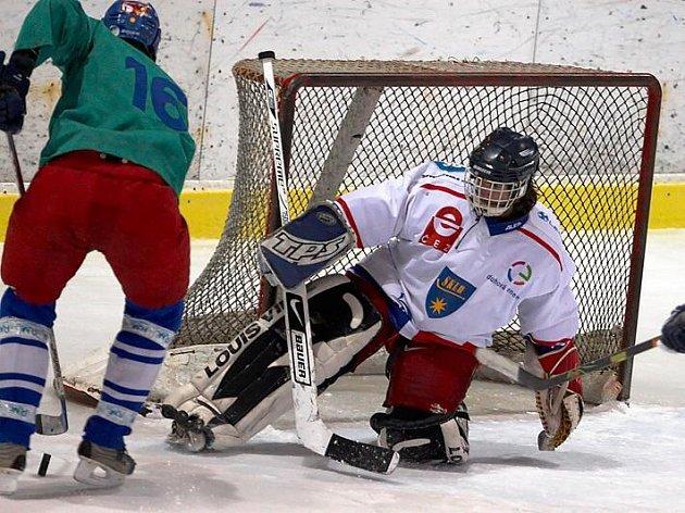 Okresní přebor v ledním hokeji vyvrcholil zápasem SKLH Benešov s Meznem. Domácí brankář Petr Kumpošt se snažil přesto desetkrát inkasoval. Tentokrát ho Jan Brambora nepřekonal