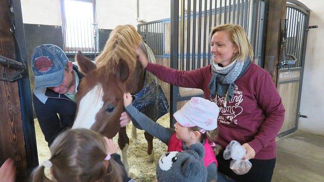 Děti z mateřinky MiniSvět v Mrači na koňské farmě v Záhořanech