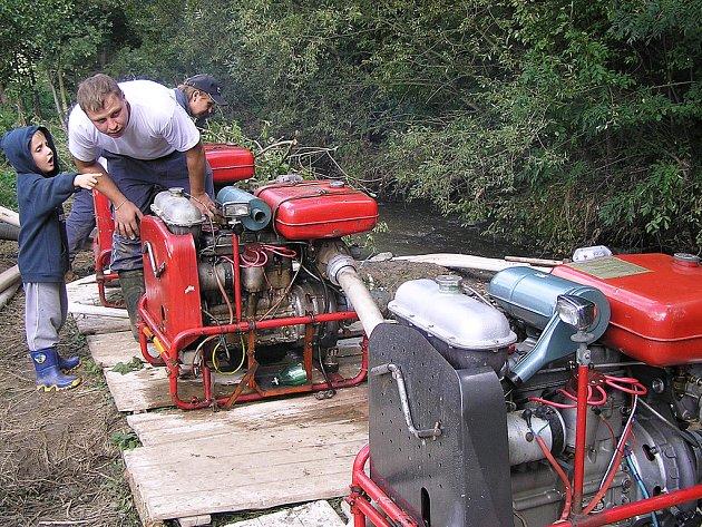 Dobrovolní hasiči u Benešovského potoku s jedním ze svých budoucích členů