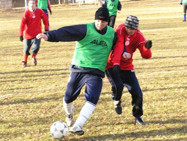 Nová posila Poříčí Roman Filip si kryl míč před dotírajícím votickým Michalem Dušátkem.