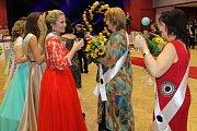Maturanti z Neveklova zakončili studium na střední škole plesem.
