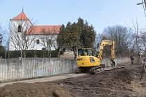 Budování vodovodu v Měchnově, místní části Divišova.