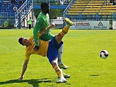 Benešovský David Skopec (ve žlutém) předvedl akrobatický zákrok před Martinem Abenou z Loko Vltavín.