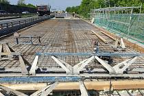 Z opravy mostů na dálnici D5 u Chrášťan.