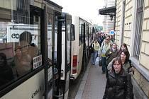 NA VLAKOVÉM NÁDRAŽÍ v Benešově bude v následujících dnech kvůli výluce rušno. Cestující musí přestupovat do náhradních autobusů.