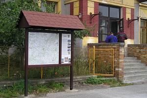 Informační panel na vlakovém nádraží na Beztahově byl instalován ze společného projektu Mikroregionu Džbány vprvních letech fungování meziobecní spolupráce.