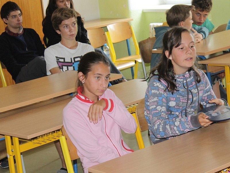 Zahraniční dobrovolníci při návštěvě miličínské základní školy.