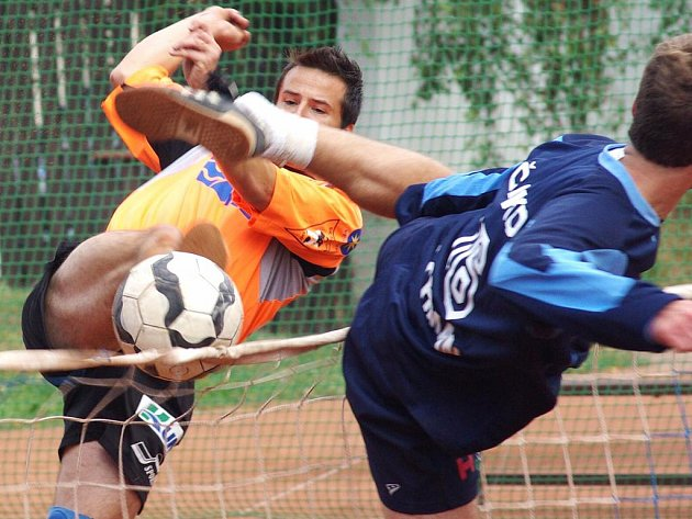 Ze souboje Františka Kalase (v oranžovém) s čakovickým Ondřejem Pachmanem vyšla sice vítězně opora Šacungu, po utkání však měl větší důvod k radosti hráč pražského celku.