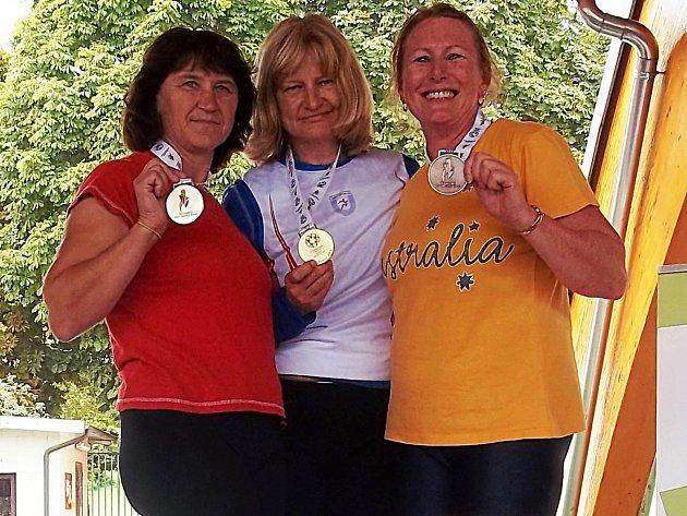 Zlatá Hana Kárníková (uprostřed) v Turíně na světových veteránských hrách.