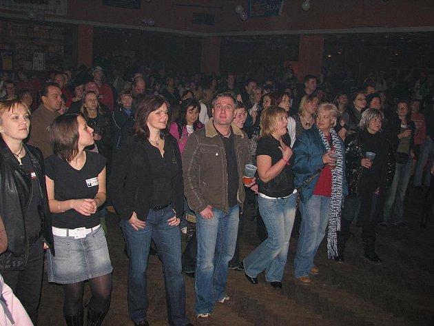 Fanoušci Keksu, kteří své oblíbence poslouchali při Vánočním koncertu zatím kapelu do vyšších pater soutěže neposlali.