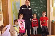 Profesionální hasič Jiří Kaprálek při besedě s dětmi z MŠ Týnec nad Sázavou.