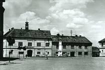 Část náměstí s radnicí v Neveklově.