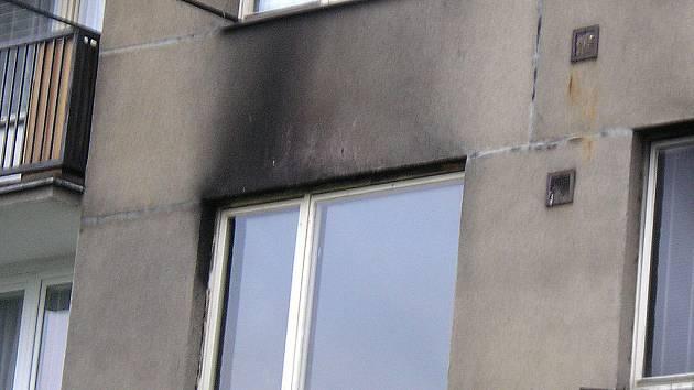 Plameny a hustý dým valící se z oken zanechal známky