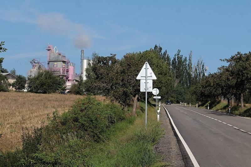 Rekonstrukce silnice II/112 by měla skončit do začátku října. Hned vedle ní, poblíž Chotýšan, pracuje obalovna, z níž se na opravované úseky vozí čerstvá živičná směs.