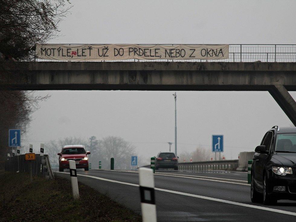 Na mostě nad silnicí I/3 nedaleko Senohrab se ve středu 3. března 2021 objevil vzkaz premiérovi.
