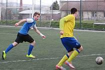 Sedmnáctka Benešova rozstřílela Táborsko. Střídající Jaroslav Platil (ve žlutém) se snaží v závěru zápasu přelstít obránce hostů.