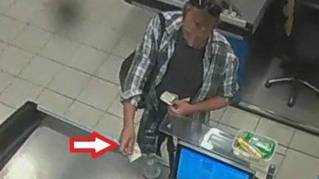 Snímek muže, který se nakupoval za pomoci kradené platební karty.