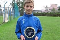 Jakub Breburda převzal pěknou cenu na fotbalovém hřišti v Benešově, kde tráví dost svého volného času.