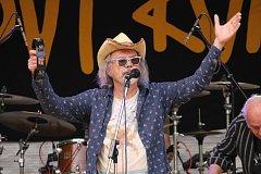 Ondřej Hejma s kapelou Žlutý pes rozdováděl davy na festivalu Folkový Kvítek.