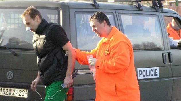 Opavský brankář Otakar Novák odchází se zlomeným nosem do sanitky, která ho odvezla do nemocnice.